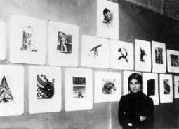 Tina Modotti accanto alle sue opere, Università di Città del Messico 1929